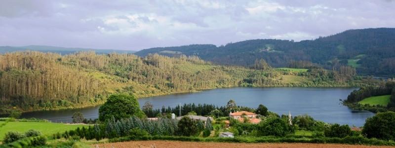 Vista aérea del embalse Portodemouros y del pueblo de Viñós.